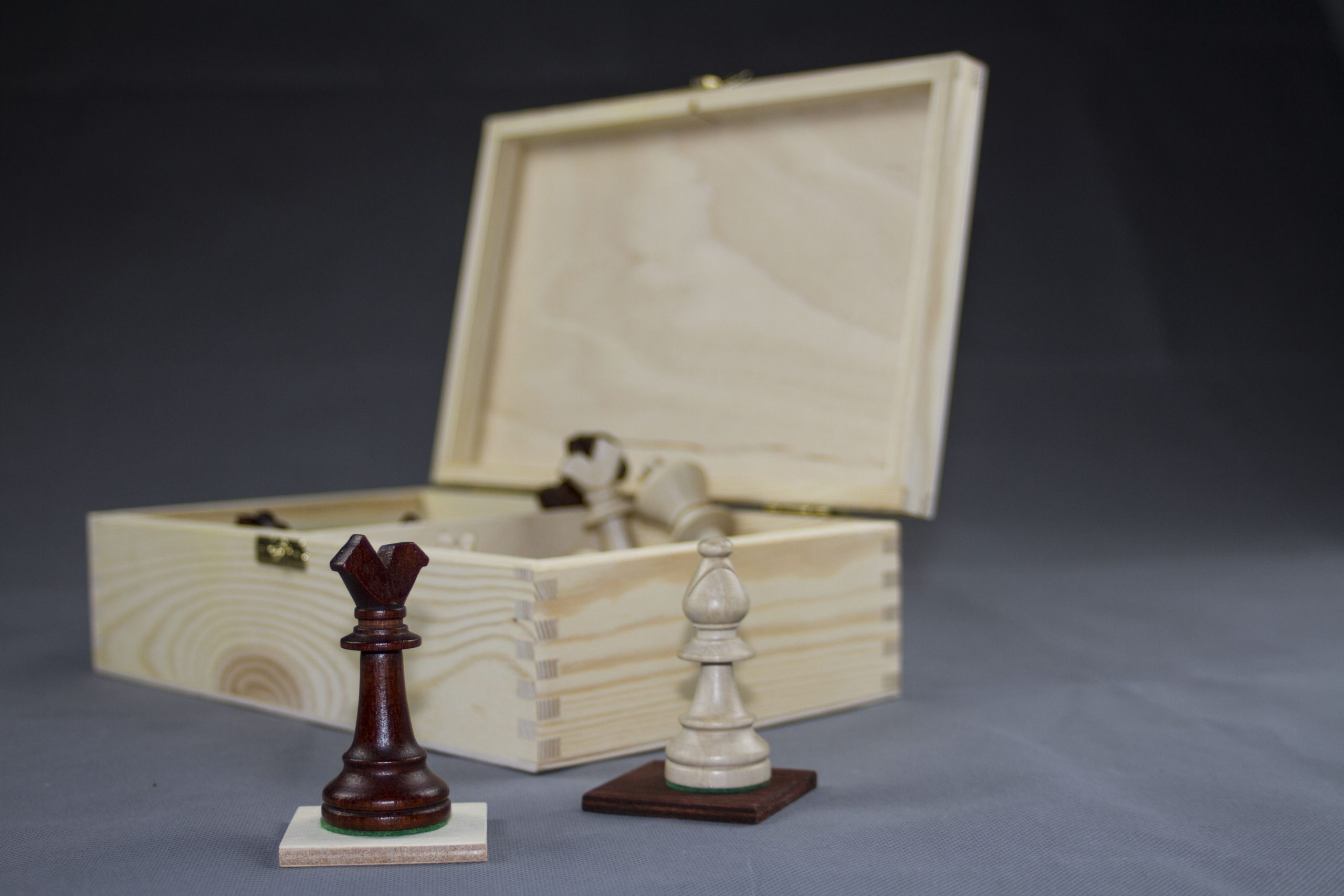 Kardinal mit Schachbox